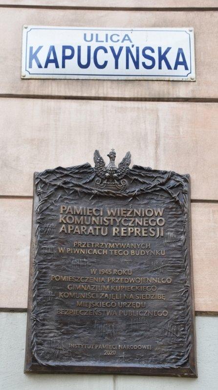 Zamknięci w grobie za życia... Odsłonięcie tablicy pamięci więźniów  komunistycznego aparatu represji – Kraków, 26 lutego 2021 - Aktualności -  Instytut Pamięci Narodowej - Kraków